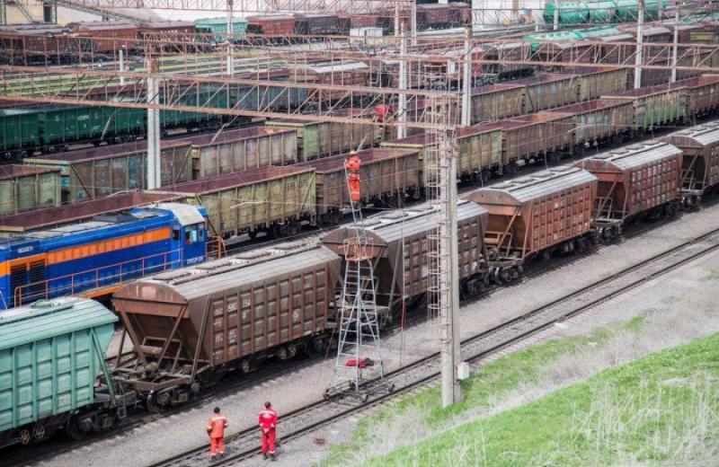 Біля Миколаївського порту застрягло 2500 вагонів