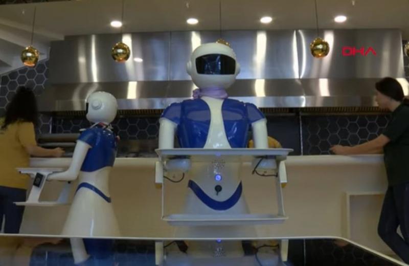 Владелец ресторана в Стамбуле нанял роботов ради рекламы