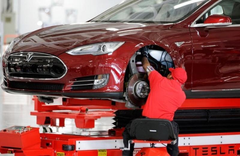 Tesla опинилася на межі зупинки виробництва через зриви постачання