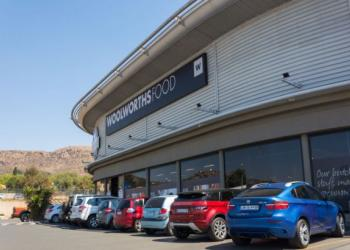 Роздрібна мережа Woolworths обслуговує клієнтів просто в автомобілях