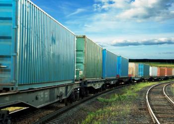 Коли зупиняються вантажівки, ситуацію рятує залізниця