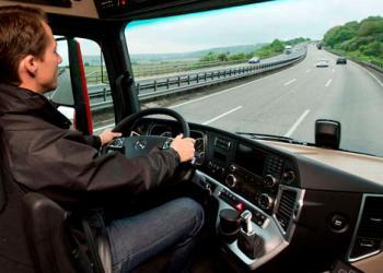 Міжнародний союз автомобільного транспорту пропонує знизити мінімальний вік водіїв автобусів та вантажівок до 18 років
