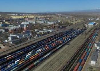 Казахстан зупиняє вантажівки, щоб «звільнити дорогу» для потягів Китай-Європа