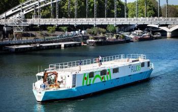 У Парижі запустили річковий плавучий склад