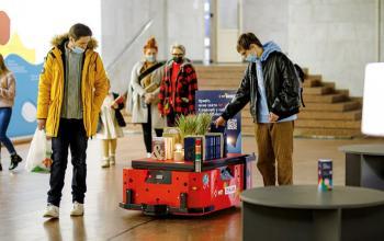 «Нова пошта» і Postmen випустили першого у світі робота-бібліотекаря